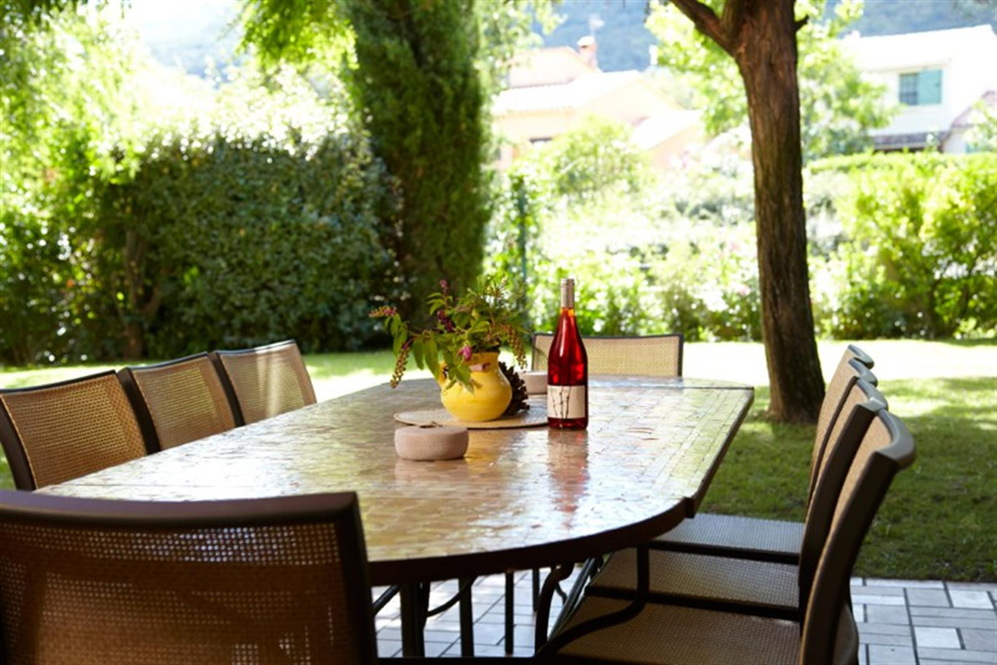 Villa i syd Frankrike - stor spisebord på terrassen